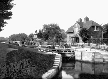 1917:  Below Sonning Lock, Francis Frith
